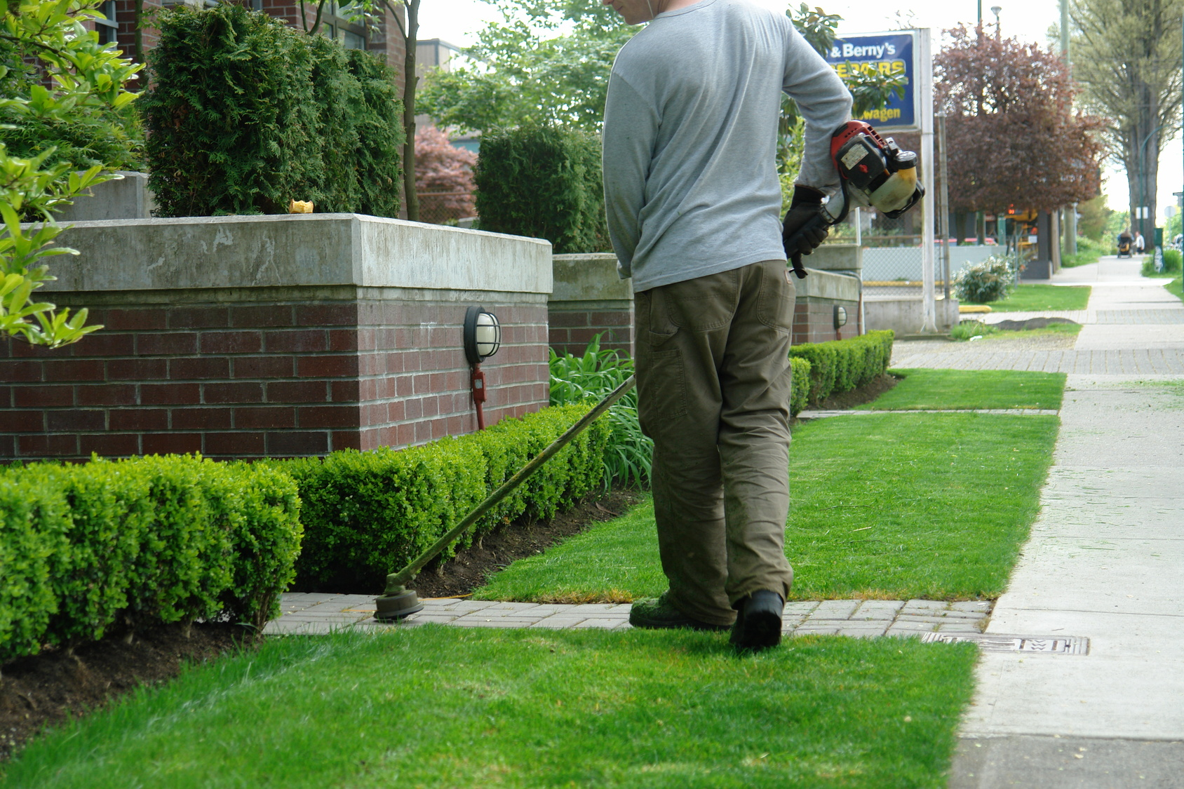 Lawn yard maintenance services lake country kelowna for Gardening services